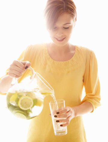 5- Yediğiniz lif miktarını arttırın. Lif bakımından zengin olan yiyecekler daha çabuk doymanızı sağlayacaktır ve böylelikle daha az yemek yemenize neden olacaktır. Meyvelerde, sebzelerde, bütün tahıl ekmeklerinde, gevreklerde ve baklagillerde lif vardır. Her gün 25 veya 35 gram lif yemeyi hedefleyin.  6- Bol miktarda su içtiğinizden emin olun. Hedefiniz her gün 3 litre su içmek olmalıdır eğer egzersiz yapıyorsanız daha çok su içmelisiniz. Gün boyunca su içmek atıştırmalarınızı sınırlandırmanıza yardım eder, vücudunuza zindelik katar ve sıfır kalori ekler.